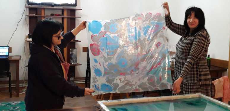 Esarfe pictate prin pictura pe apa
