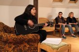 Seara de chitara cu Miruna in Tabara de pictura Hobby Art -editia de iarna 2020